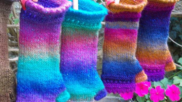 Je tricote des mitaines avec une aiguille circulaire