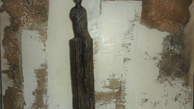 demoiselle sur colonne effet bois