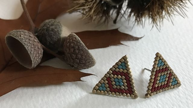 Tissage d'une paire de puces d'oreilles