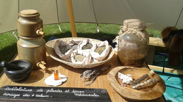Herboristerie médiévale, des Simples, vinaigre et vin